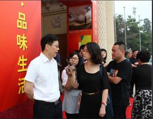 北京市文资办主任在艺博会现场接受记者采访